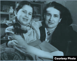 Юлия Мельцер и ее дочь Галина Джугашвили после войны жили в доме для сотрудников МГБ. Эта квартира и стала предметом конфликта между Хосином и Селимом Бенсаадом