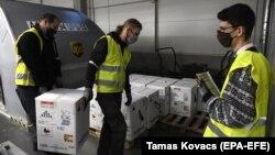 Nagyjából 70 ezer adag Pfizer-BioNTech oltást pakolnak ki a Liszt Ferenc reptéren, 2020. december 30-án. 12 nappal később kiderült, hogy a gyártó túltöltötte az ampullákat, így az Európai Gyógyszerügynökség engedélyezte, hogy egy ampullából 5 helyett 6 embert oltsanak be.