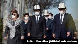 Кыргызстандын президенти Садыр Жапаров, мурдагы президенттер Роза Отунбаева жана Сооронбай Жээнбеков Апрель окуяларынын курмандыктарын эскерүү иш-чарасында, 7-апрель 2021-жыл.
