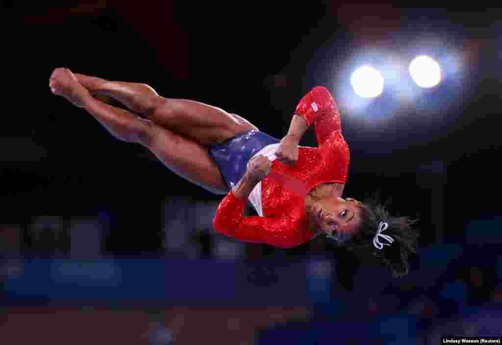 Спорттук гимнастика боюнча Олимпиаданын төрт жолку чемпиону америкалык Симона Байлз мелдеш учурунда. Симона 29-июлда өтө турган мелдештен баш тартып, өзүнүн психикалык саламаттыгын чыңдоого басым жасарын жана мындан кийин мелдештерге катышпай турганын айткан. Байлз Рио-де-Жанейродогу жайкы оюндарда төрт алтын, бир коло медал утуп, спорт дүйнөсүн таң калтырган эле.