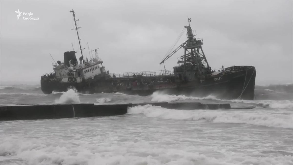 В Одессе к берегу прибило танкер – видео