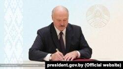 Матбуоти беларусӣ навишт, ки фуруд овардани ҳавопаймои ширкати Ryanair бо амри шахсии Александр Лукашенко сурат гирифт