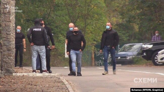 Через пять хвилин до оператора Кирила Лазаревича підходить група невідомих і оточує його