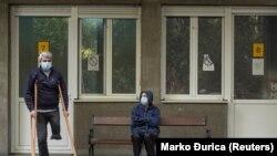 Архивска фотографија- луѓе чекаат за тестирање пред болница во Белград