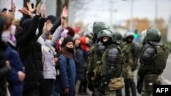Minskin mərkəzində etirazlar davam edir