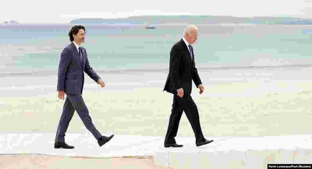 Kanadski premijer i američki predsjednik u šetnji obalom.