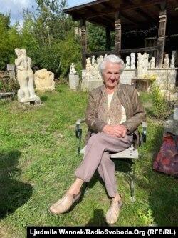 95-літня пенсіонерка пані Маасдорф біля майстерні свого сина-скульптора. Дрезден, вересень 2020 року
