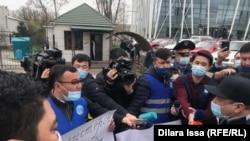 Журналисты выражают недовольство в связи с давлением со стороны полицейских. Шымкент, 5 апреля 2021 года.
