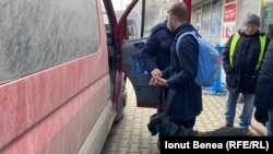 În autobuz, Silviu e primit cu câinele. Nu întotdeauna a avut parte de acest tratament