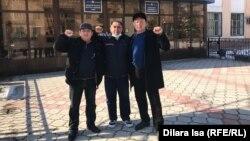 Шымкенттік белсенділер Жанмұрат Аштаев, Нұржан Әбілдаев, Ерлан Файзуллаев (оңнан солға қарай) сот алдында тұр. Шымкент, 26 ақпан 2021 жыл.