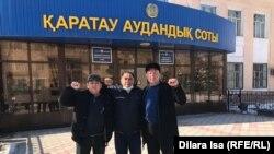 Шымкентские активисты Жанмурат Аштаев, Нуржан Абилдаев, Ерлан Файзуллаев (справа налево) у здания суда. 26 февраля 2021 года.