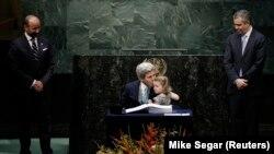 Kerry u sjedištu Ujedinjenih nacija u New Yorku sa unukom nakon zvaničnog potpisivanja Pariškog klimatskog sporazuma