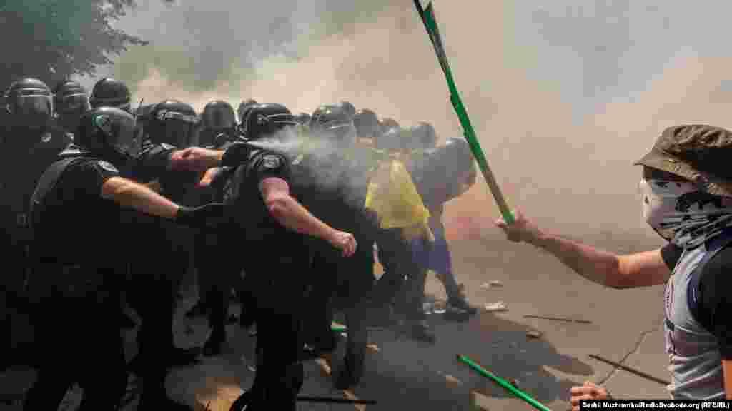 Під Офісом президента 14 серпня пройшла акція «Зупинимо капітуляцію!», сталися сутички учасників з правоохоронцями