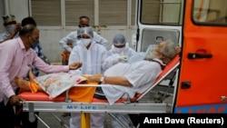 Կորոնավիրուսով հիվանդին թթվածնին են տրամադրում, Ահմադաբադի քաղաքային հիվանդանոց, Հնդկաստան: