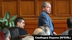 Радостин Василев (вляво) и Тошко Йорданов в пленарната зала на Народното събрание във вторник