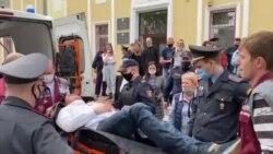 Un activist din Belarus și-a tăiat gâtul în timpul unei ședințe de judecată, în semn de protest