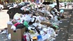 Munți de gunoaie pe străzile din Erevan, în toiul verii