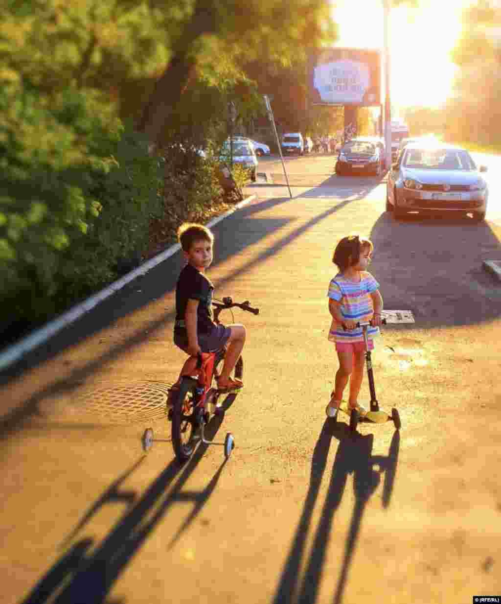 Copiii lui Mircea au 7 și 4 ani. Tatăl lor spune la Europa Liberă că dificultatea de a fi părinte, azi, în România, se simte în special după venirea celui de-al doilea copil.