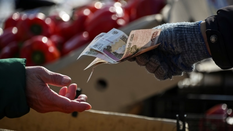Russian, Belarusian Currencies Fall As Political, Diplomatic Tensions Rise