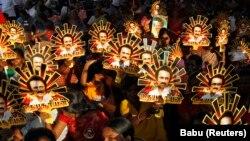 Сторонники индийской региональной партии ДМК несут портреты местного политика Сталина.