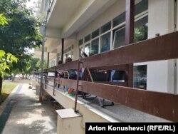 Në ballkonet e klinikave të QKUK-së shihen familjarë të pacientëve me COVID-19.
