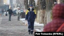 Пешеходы на улице в Алматы. Декабрь 2020 года.