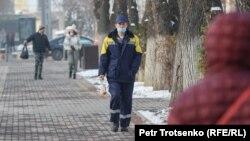 Прохожие на улице в Алматы, декабрь 2020 года.