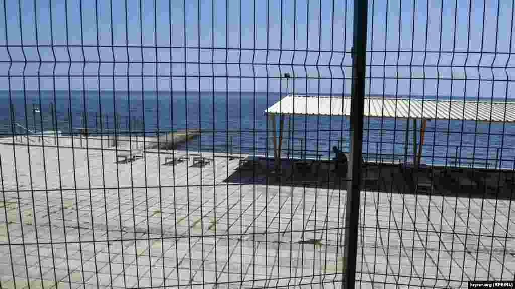 За пляжем «Чорномор'я» розташований пляж санаторію «Узбекистан», що протягом багатьох років закритий на ремонт. Втім, режим тут не такий суворий, як у «Чорномор'ї», деяким відпочивальникам вдається на нього пробратися