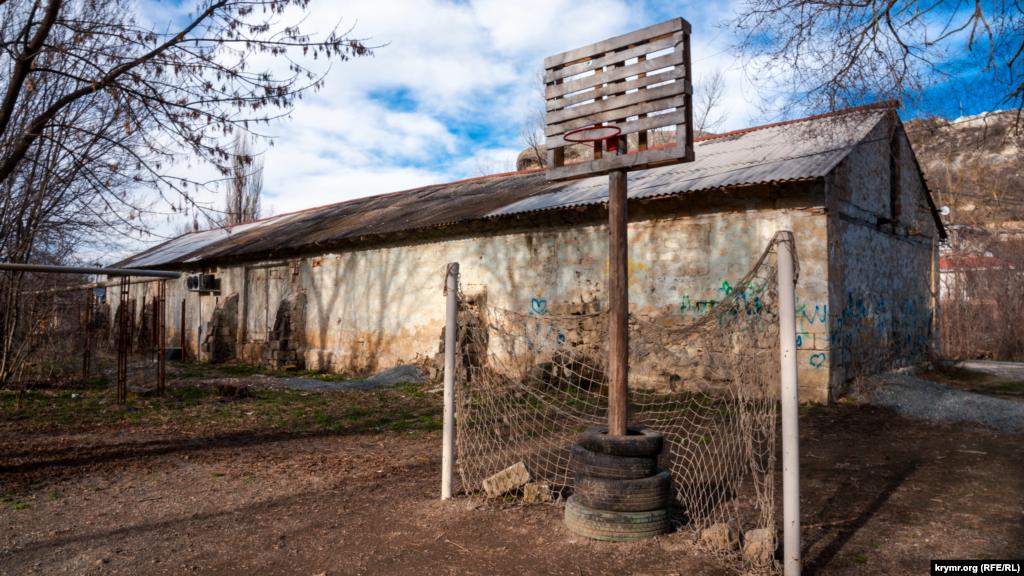 Баскетбольный щит перед старым сараем для сушки табака, выращиванием которого в советские годы занимался местный колхоз имени Чапаева