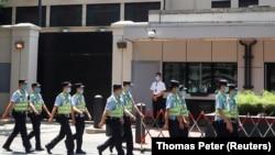 Китайски полицаи пред опразнената от американските власти сграда на консулството на САЩ в Чънду
