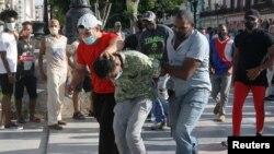 Штаттық киімдегі полиция қызметкерлері наразыларды ұстап жатыр. Гавана, 11 шілде 2021 жыл.