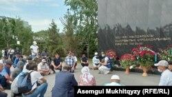 Активисты читают молитву на акции в память о жертвах политических репрессий и голода. Нур-Султан, 31 мая 2021 года.