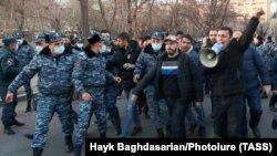 Армян премьер-министри Н.Пашиняндын кызматтан кетишин талап кылган нааразылык жыйыны. Ереван. 2021-жылдын 9-марты.