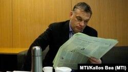 Orbán Viktor miniszterelnök újságot olvas a Magyar Rádió stúdiójában 2013. február 15-én.