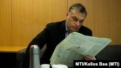 Viktor Orbán, citind un ziar în studiourile Radioului Ungar, 15 februarie 2013.
