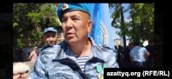 Калыш Габдуалиев во время акции в Уральске 7 июня.