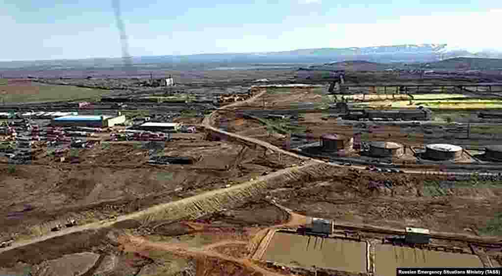 Электростанция обслуживала завод дочерней компании «Норильского никеля» (Норникеля), крупнейшего в мире производителя никеля и палладия. Руководство заявило, что инцидент произошел в результате обрушения опор резервуара, построенного на вечной мерзлоте. По словам компании, обвал был вызван таянием вечной мерзлоты в результате потепления из-за изменения климата