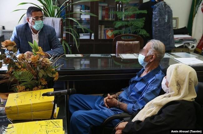 Iranian director Babak Khorramdin's parents during their interrogation by police in Tehran (photo blurred by Tasnim)