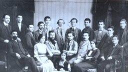 Delegați și invitați – inclusiv Ecaterina Arbore și Gheorghi Dimitrov – la congresul de înființare a Uniunii Tineretului Socialist Bulgar, Rusciuk, august 1912