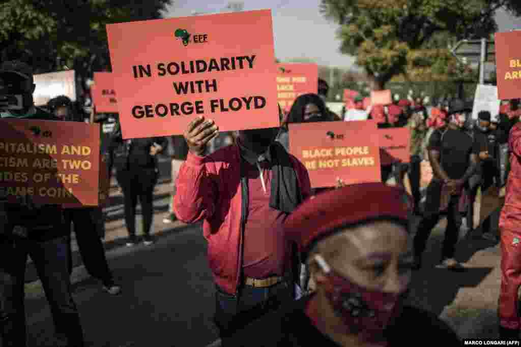 У Преторії люди вийшли на демонстрацію під американське посольство, підтримуючи вимоги протестів, спричинених загибеллю у США афроамериканця Джорджа Флойда. ПАР, 8 червня 2020 року
