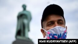Один из протестующих на Пушкинской площади в Москве