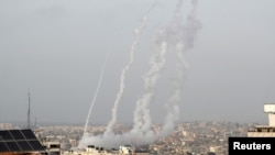 Запущенные палестинскими боевиками ракеты из Газы.