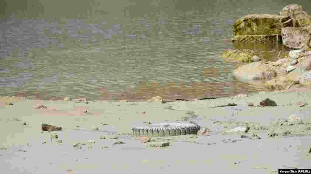 Suv az olğanı içün gölniñ tübündeki çoplük körünip başladı