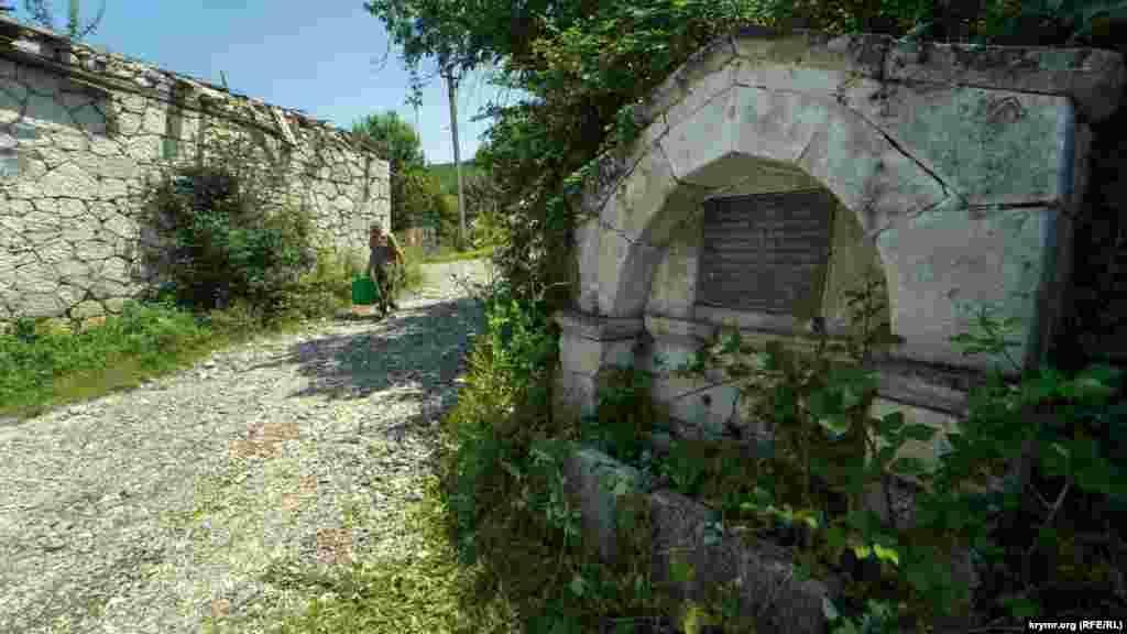 А на цьому фонтані, розташованому в східній частині села, рясні зливи в горах і викликаний цим паводок на річці Коккозка ніяк не позначилися. За словами місцевих жителів, фонтан «помер» років тридцять тому