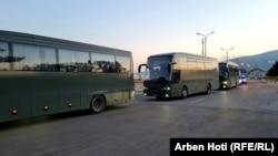 Autobusët e FSK-së brenda aeroportit të Prishtinës presin që të transportojnë afganët.