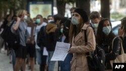 Навбатпоии мардум дар назди як озмоишгоҳи коронавирус дар Ҷумҳурии Чех