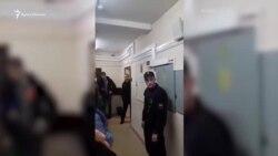 Пленных украинских моряков встречают аплодисментами на суде в Москве (видео)