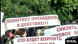 Забастовка торговцев рынка, требовавших снижения налогов. Петропавловск, 30 июля 2009 года.