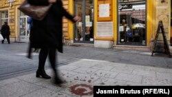 """Ploča u centru sarajevske ulice Ferhadija (u sredini, gore) na kojoj piše: """"Na ovom su mjestu srpski zločinci 27.5.1993. ubili 26 građana Sarajeva"""" za koju gradonačelnik Istočnog Sarajeva traži da se ukloni, (12. april 2021.)"""