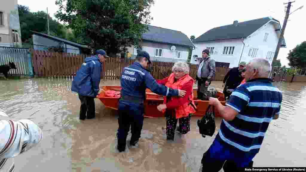 Рятувальники евакуюють місцевих жителів із затопленої території в селищі Єзупіль, Івано-Франківська область, 24 червня